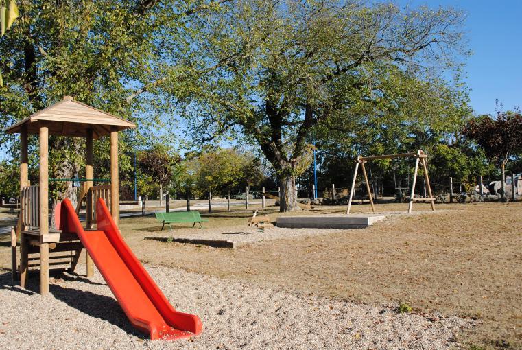 Miramont-de-Quercy aire de jeux